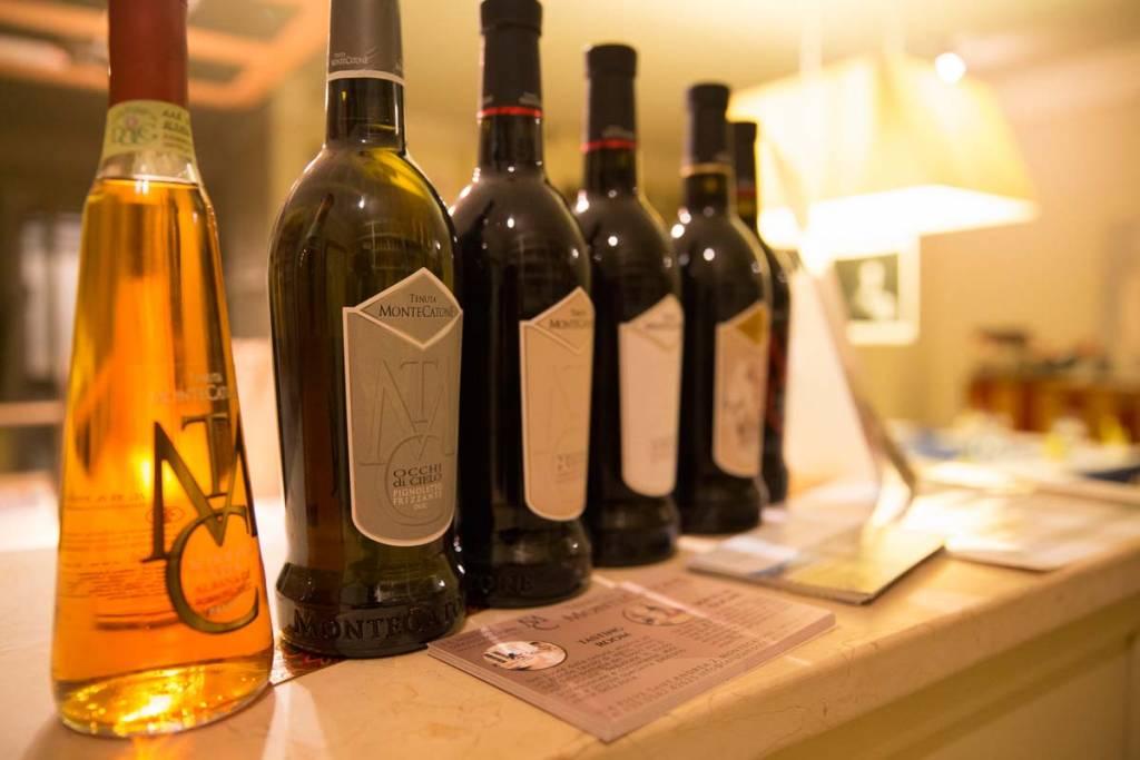 I sei vini della Tenuta Montecatone sul bancone del nostro negozio